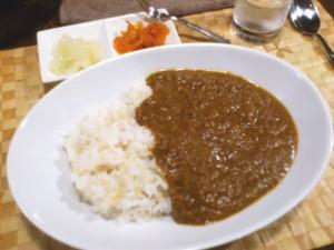 牛筋と牛肉がほぼ溶ける手前のルーが楕円やや深いカレー皿に