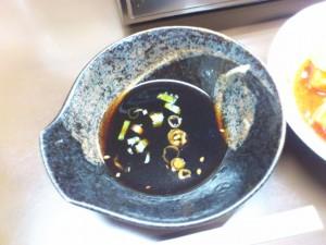 皿タレは万人向け醤油系、濃さも並です