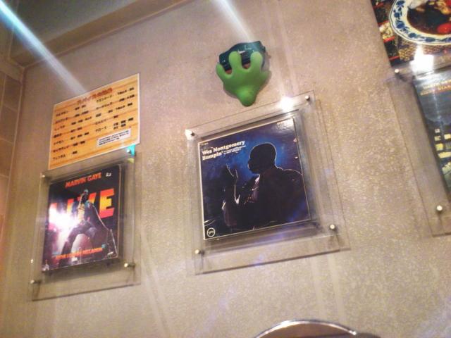 店内にアナログLPがかざられてて、ジャンルはソウルとジャズばかり
