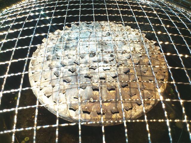バーナーと網の間に通気孔がたくさんあいたカバーがついとります