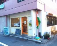 ホワイトとナチュラルウッドのインドセンスとは対極にある店構え。