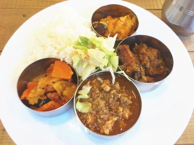 ブッフェやから好きなん好きなだけセルフでもりつけ。 4種のカレーか。 南インドやから最後は混ぜ混ぜでくえばよろしいな。