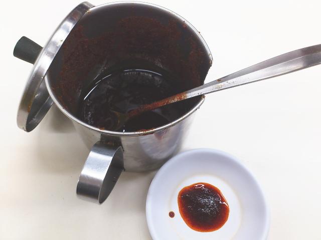 ポットのラー油も現存するものの、底にたまるゴマゴマは真っ黒に焦げた上にかなり古そうで香ばしさが無くなっとるし。