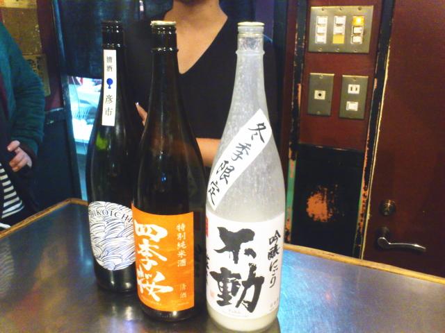 日本酒がおすすめなのも特徴で、仕切りのお兄さんがガンガンすすめてきはります。