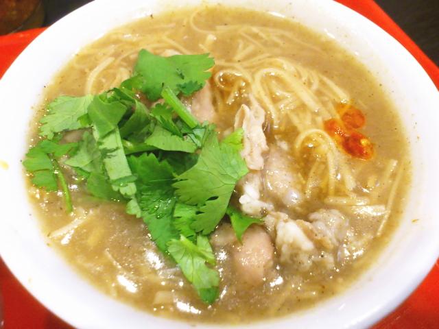 でてきた麺線は思いでの九フンのとちがって、鰹ダシ香る豚モツ煮込んだパンチのあるドロッとスープ。