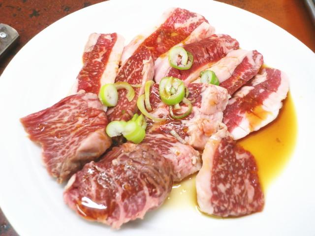 100gランチ950円やすー。  ご飯に韓国のり、ナムル盛りと白菜キムチ、カルビ肉が10枚ほど