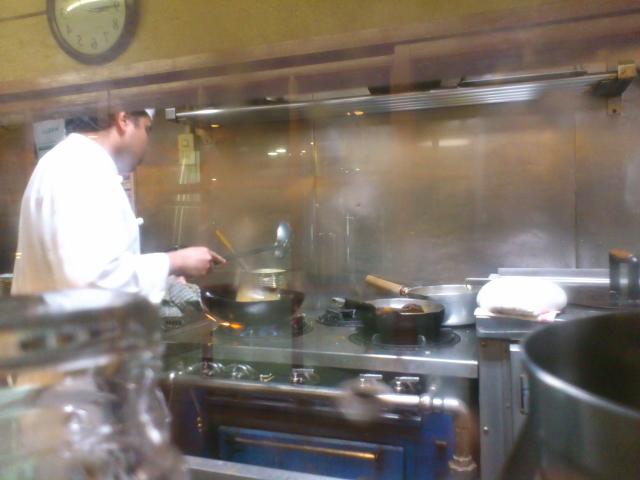 おっ! 厨房グリルに中華鍋登場。 限りなくインターナショナル! ハイブリット!