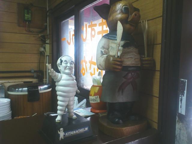 なるほど、人形と表彰状が店内に。 しかも繁盛店らしい。