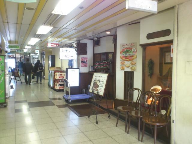 この1階に佇む老舗カレーが  アングル。