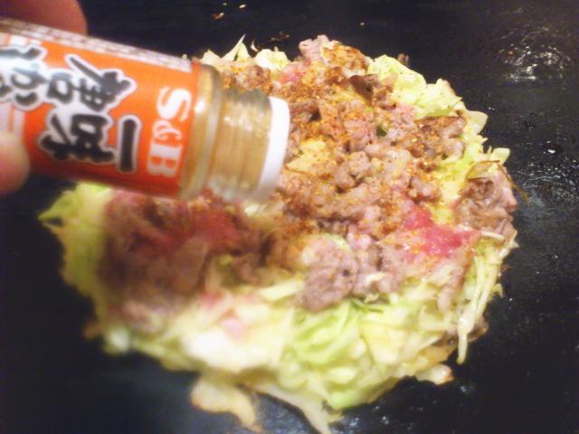 上から一味唐辛子と粉鰹節ふりかけましょう。 僕はぼてじゅう派なんで仕上げに鰹かけまへん。 先にいっときます。