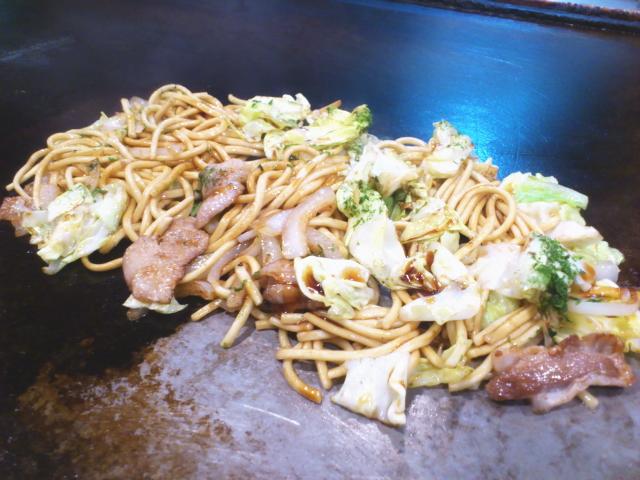 まずは、焼きそばが仕上がる。 広島ほどではやないけど甘いソースがやさしめに絡む。 老舗個人店の焼きそばは、大概ソースの絡みはシンプル。