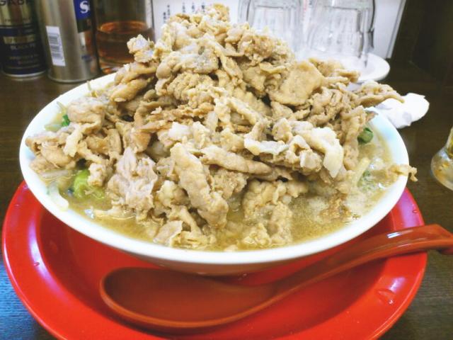 二郎系ばりのボリュームと複数の太さの麺を使うこだわり、更に珍しい野菜と豚を炒めて鶏ガラの旨味を増幅したタンメンは、ガッツリかつラーメン通も唸る美味さやった。