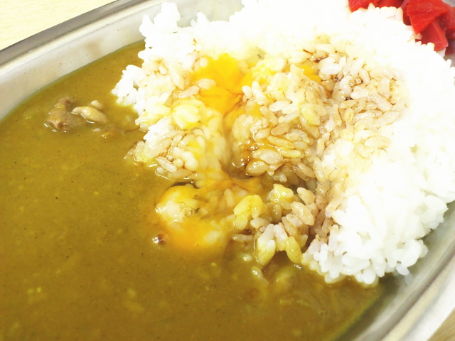 そん時は、黄色いルーが茶色になってスパイシーさも倍増。 大阪のウスターソースはスパイシーやからね。 串カツにも合うこれです。 東京にはスーパーに置いてないんよ。 完全に別物料理になってますが。