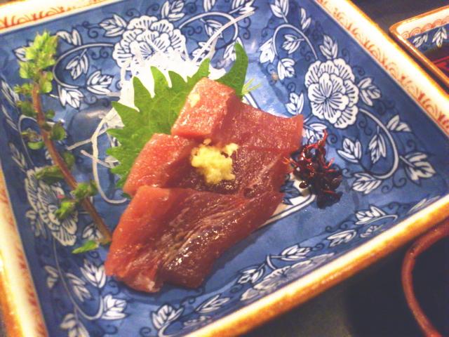 配膳の小結は鰹の刺身とコロッケにサラダがプラス。