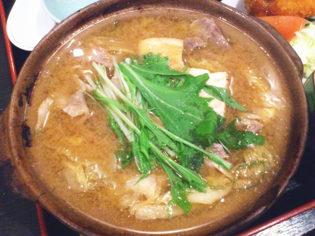鍋は懐かしの大阪志がのちゃんこランチとちがって、具がたっぷり。 大量の豚バラスライスと野菜でパンチくりん状態。