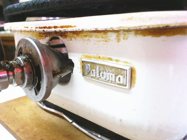 パロマはガス給湯器だけではなかった。白いボディーと2列スリット鉄板のオリジナル性に富む名機。