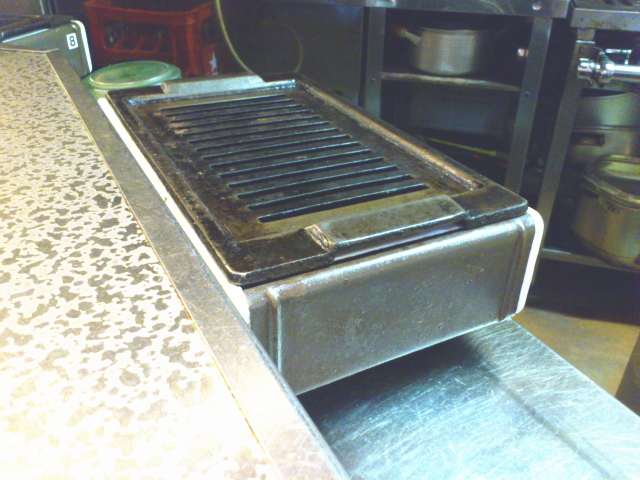 サイドに溜まり水のトレイ入れ換え口があるため、カウンターの厨房側に設置されることが多い。