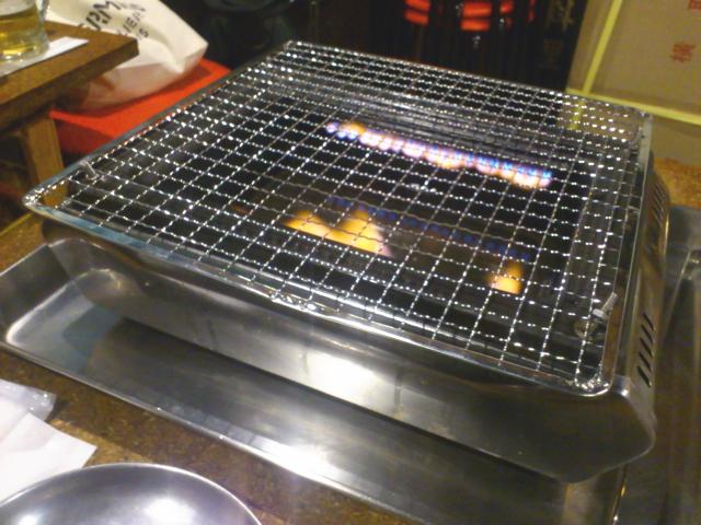 そしてコンロは、タチバナ工業S-8Sの鉄板なしで、網にカスタムタイプ。 久々に見るな、このカスタム。 火が舞い上がるパターンやね。