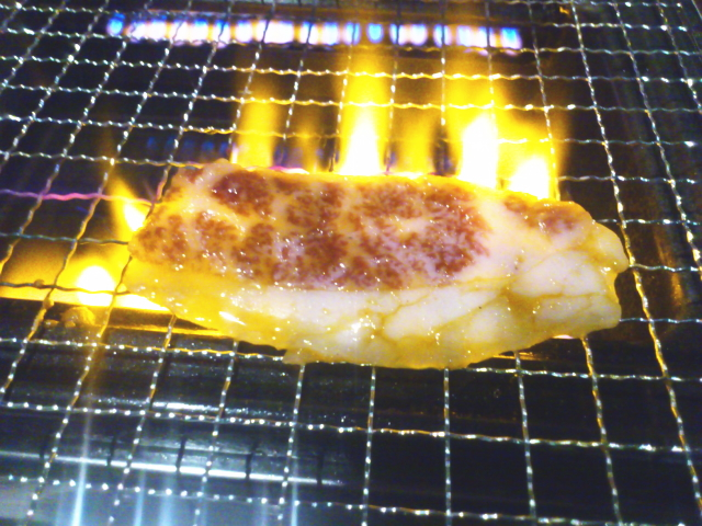 おおっ、 燃えるっ! 予想どおり。 薄切りカブリはサシが多いから、 いやーっ、燃えまんがなぁ~っ! ファイヤーアップっ!