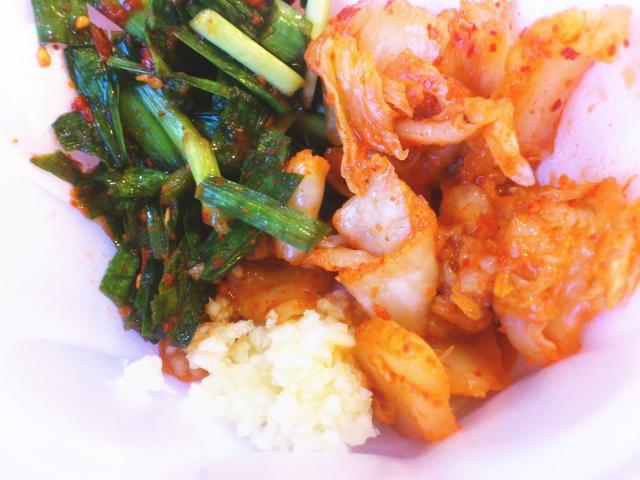 ラーメンできるまで、ニラと白菜のキムチで無料サービスのご飯をいただく。 基本的にキムチはご飯と。