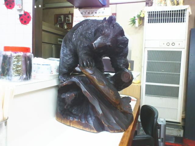 店内もお食事処な空気満開。 が、随所にサッポロを感じさせる アイヌのタペストリーに 熊の置物。
