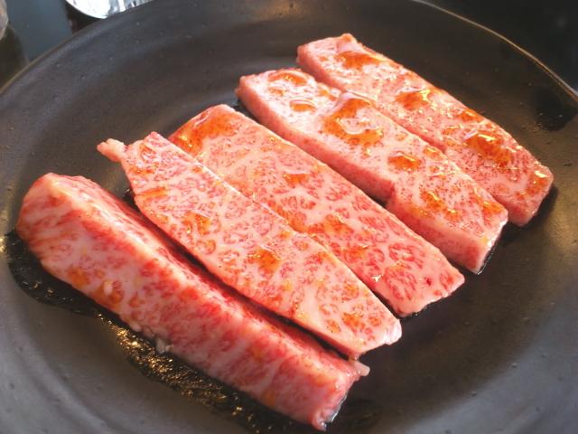 美味そ~う。 リブロースの見事なサシ。 上塩タンはニンニクと塩コショウでナイスな仕上げ。 少量はオッサンにはありがたいけど、量からはハイプライスやな。
