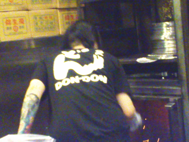 店員さんのTシャツも同じ。 バックプリントのどん2の文字も懐かしいわ。