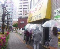 うぅおぉ~っ! 傘さした行列、いつの間に。