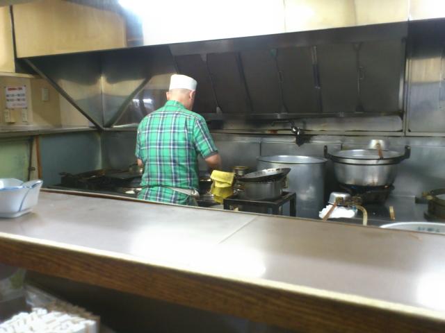 おやっさんも客と会話しない。 黙々と料理をつくる。