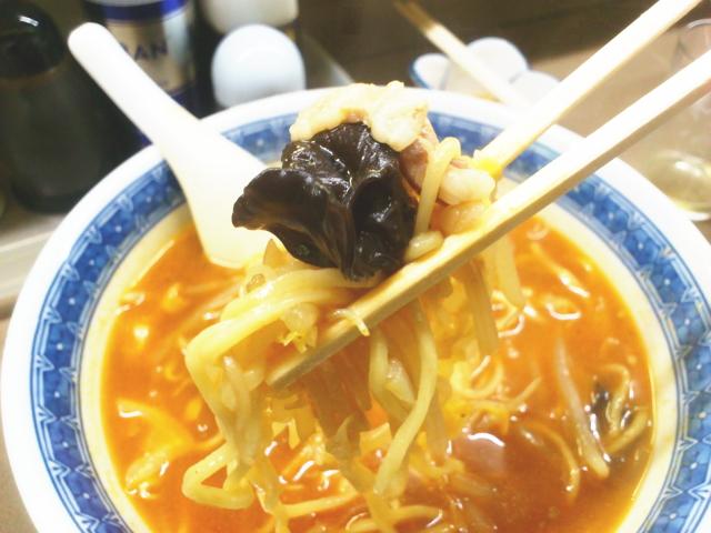 柔らかストレート細麺。 たっぷり野菜。 少し酸っぱい辛ニンニクスープが爽やかすら感じてね。 スルスルでんがな。