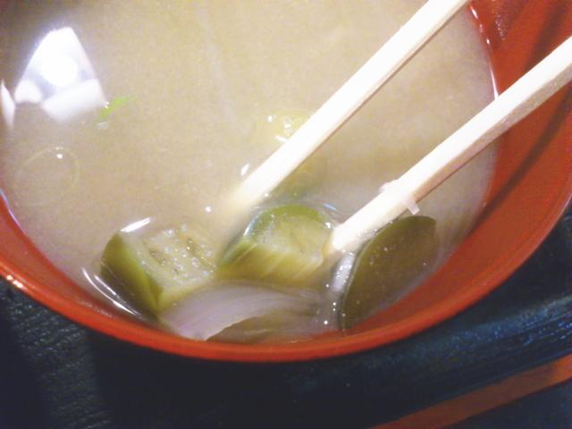 味噌汁もチープながら、味は美味い。