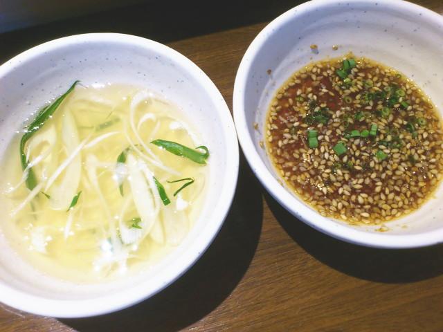 冷麺スープみたいな、これは漬けスープ?とゴマたっぷりのタレまで付いてきましたな。