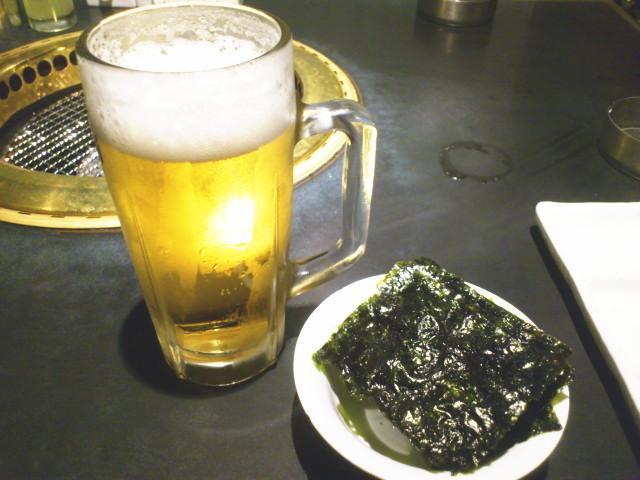 お通しは韓国海苔300円、 当たり前価格やけど、 高く感じてしまう。 生ビール490円