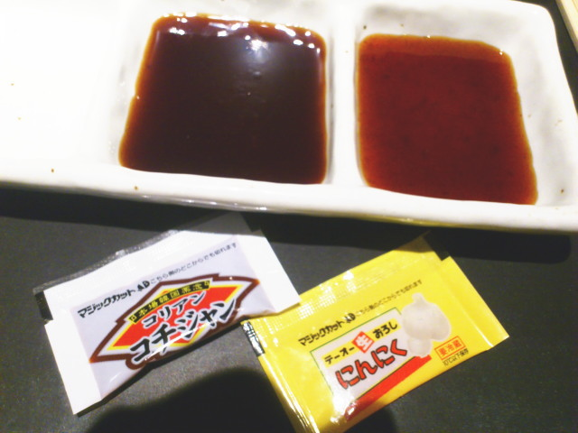 やや甘醤油淡麗系に入る部類のと、濃い味ご飯Go!バージョンの2種類。 コチジャンと擦りニンニクは小さい袋テーブルセットでフリーやん。