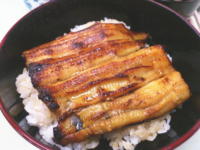 見よ、 関東背開き蒸し焼きの見事な鰻丼サーブ。