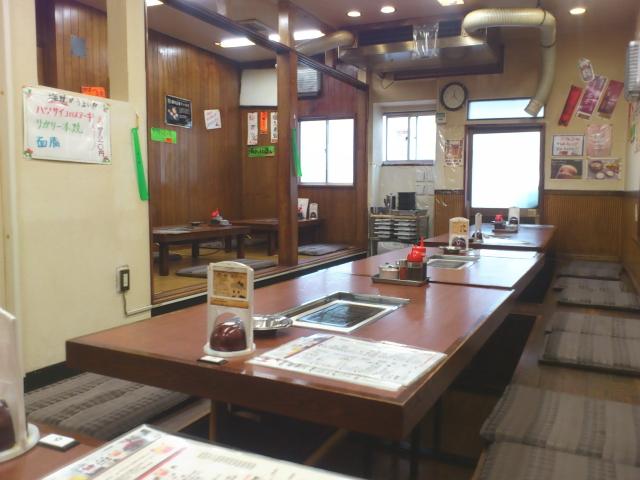 厨房前カウンターなし、テーブル2卓。 奥は、足下堀こみ座敷のテーブルが10くらい。
