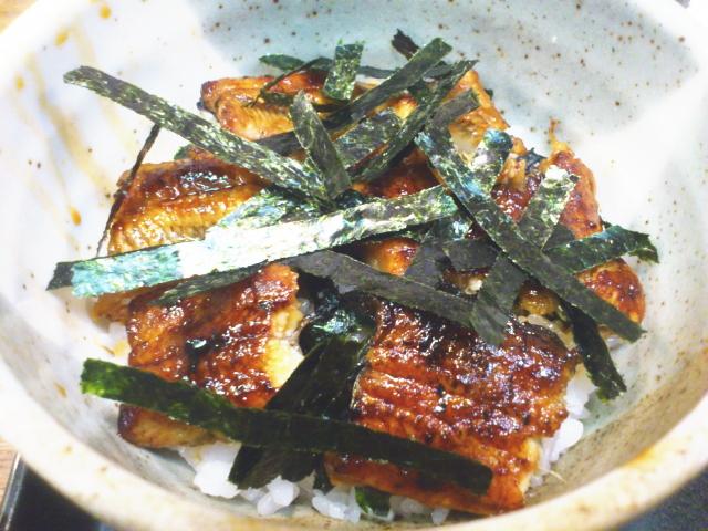 朝から鰻丼、最高。 背開きふっくら蒲焼きは海苔との相性ええにきまっとる。