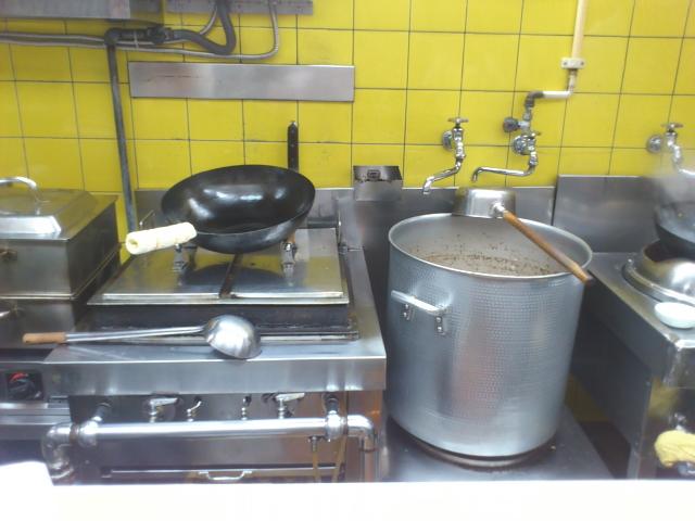新鮮やったのは、 鉄鍋で大量の玉ねぎともやしを炒めて、 鶏ガラスープをそそぐ。