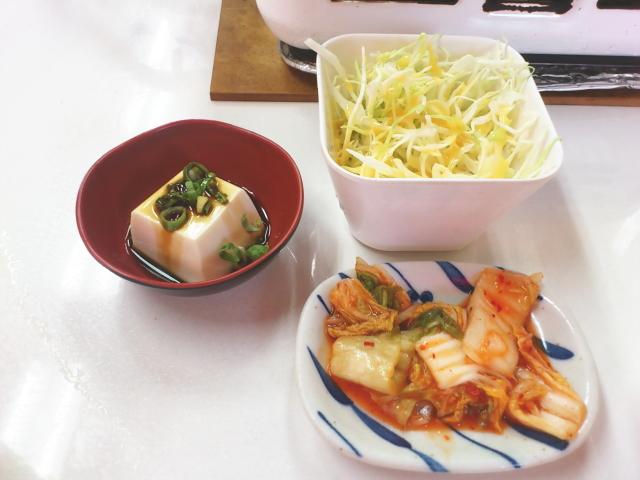ランチは、 ご飯に、 スープ、 キムチに、 サラダ、 小鉢が付いて、 今日は奴ですな。