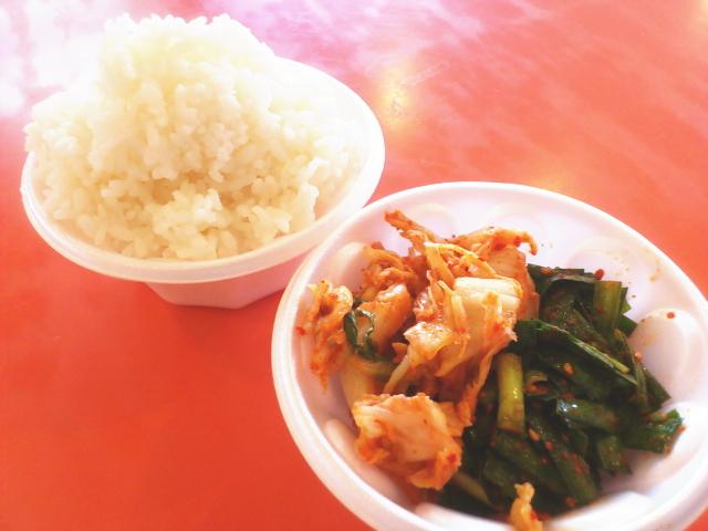 フリーご飯には白菜とニラキムチ。