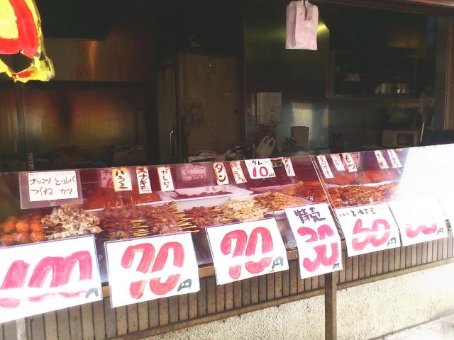 まあ、 とりあえず焼鳥チョイスといきますか。 店頭には朝にもかかわらず大量の焼鳥串が。