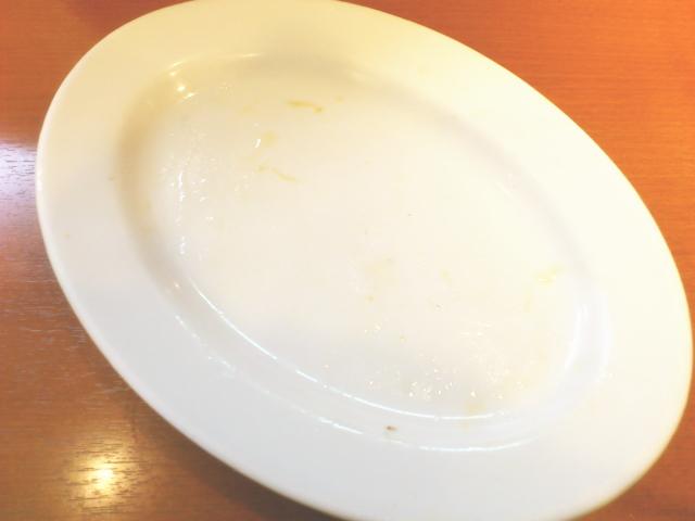 食い終わった汚れてない皿を渡そうと条件反射で腕が動きます。 これ見て他の客の目線に違和感全くなしですわ。