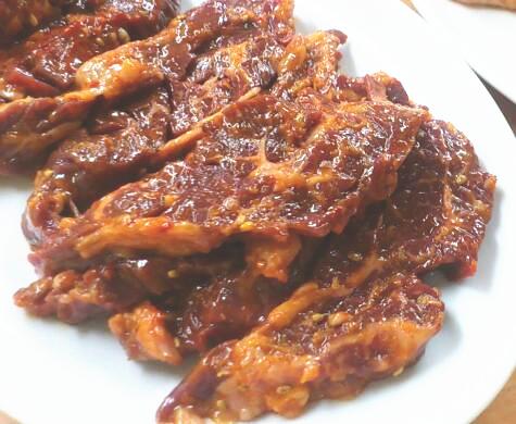 かまちゃんのタレ肉は、 味噌系のような。 しっかりタレが揉み込まれたハラミ。