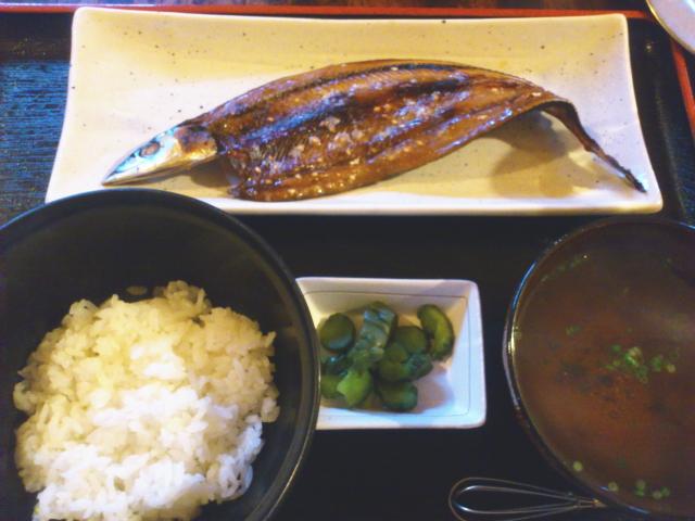 お盆に秋刀魚みりん干しとご飯。 御澄ましときゅーり漬け。 ええ眺め。