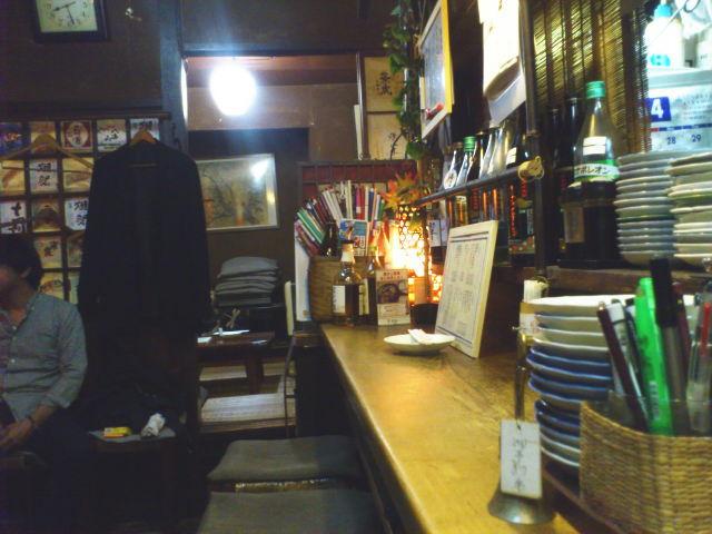 ん? 暗い。 店の外の看板もたいがい暗いけど、 店内も酔っぱらってたら睡魔が襲うこと間違いなしの闇。