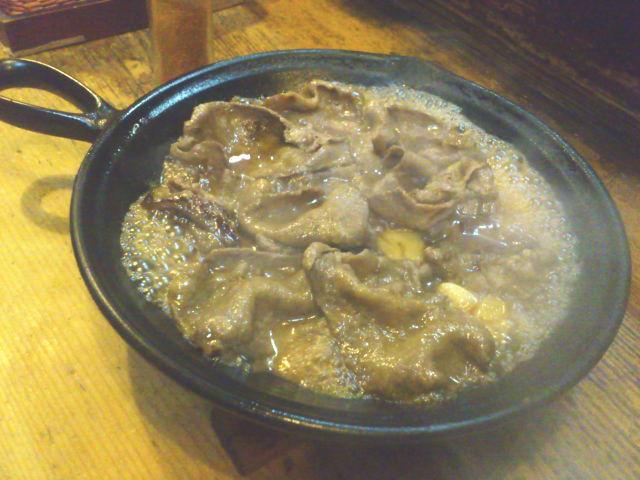ニンニク醤油焼きサーブ。 ジョゥワ~っ、 スッげ~熱熱の鉄皿で登場。