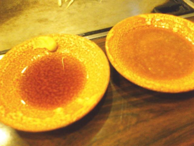 まず、 醤油ダレに和カラシとあっさり甘み感じるステーキタレがサーブ。