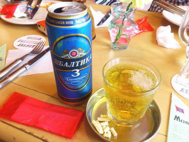 バルティカビールサーブ。 お皿にツマミが。 アーロールっちゅーチーズらしい。