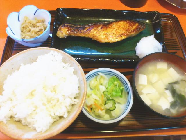 見事な身ぶりで上手に焼き上がったシャケ西京漬定食は 、 簡単に出来上がったみたく、 至極当たり前にサーブされて。 なかなか皆さん職人技素晴らしい。